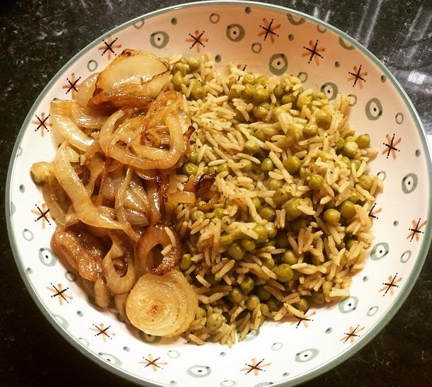 Poêlée de riz basmati complet aux petits pois et oignons caramélisés