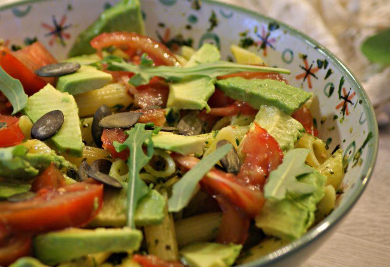 Salade de pâtes au pesto, avocat, tomates et graines de courge