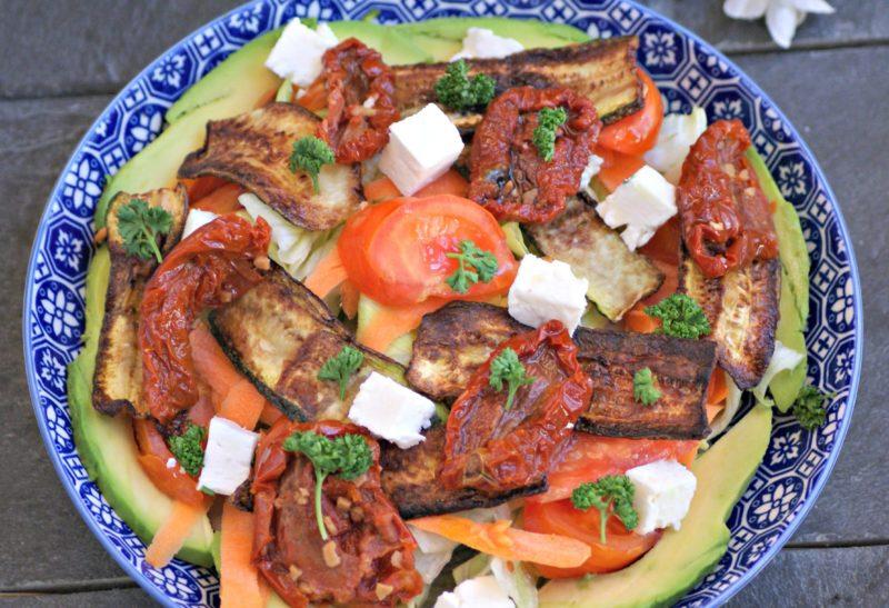 Salade aux courgettes dorées, tofu et tomates séchées