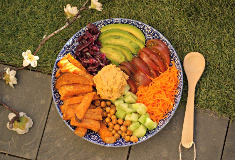 Salade mi-cuite aux légumes et patates douces et sa purée de pois chiche