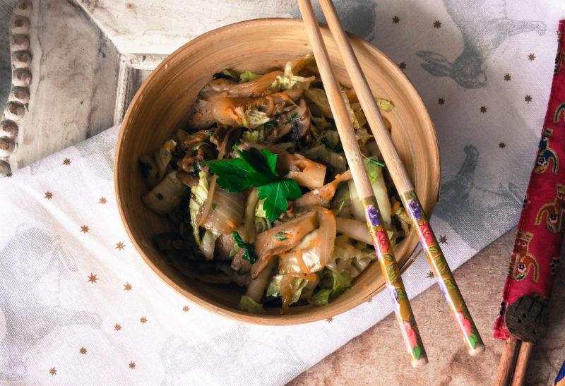 Poêlée asiatique de champignons et choux chinois