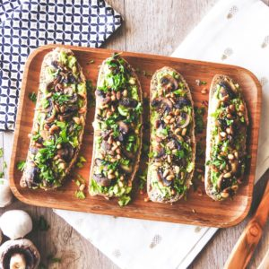 Tartines à la purée d'avocat, champignons et coriandre